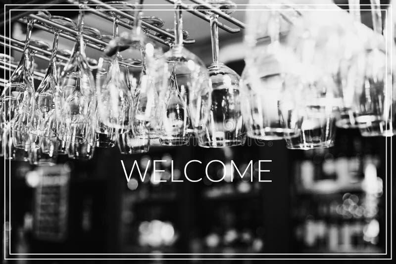 Bienvenido Los vidrios vacíos para el vino sobre una barra atormentan fotos de archivo libres de regalías