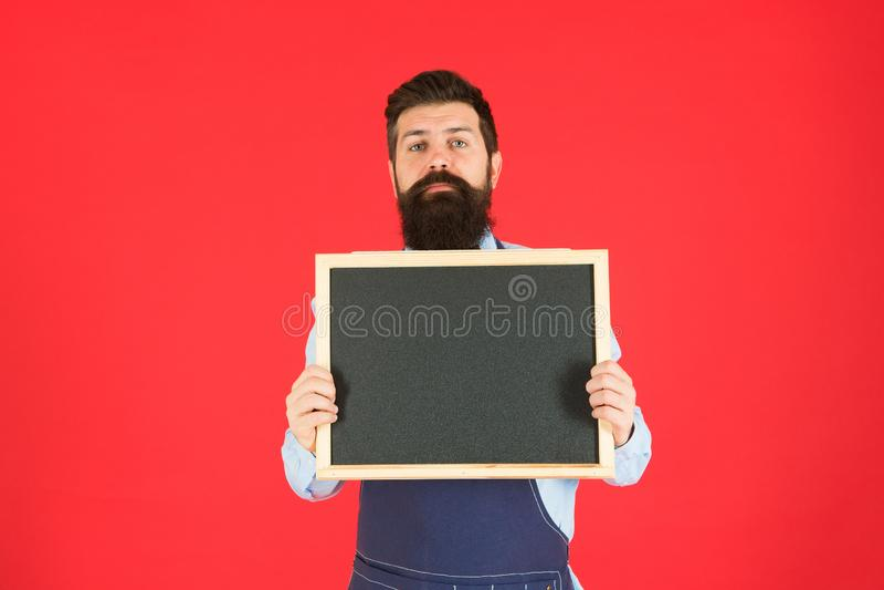 Bienvenido Publicidad del restaurante o del caf? cocinero del hombre con la pizarra en blanco, espacio de la copia cocinero barbu fotografía de archivo