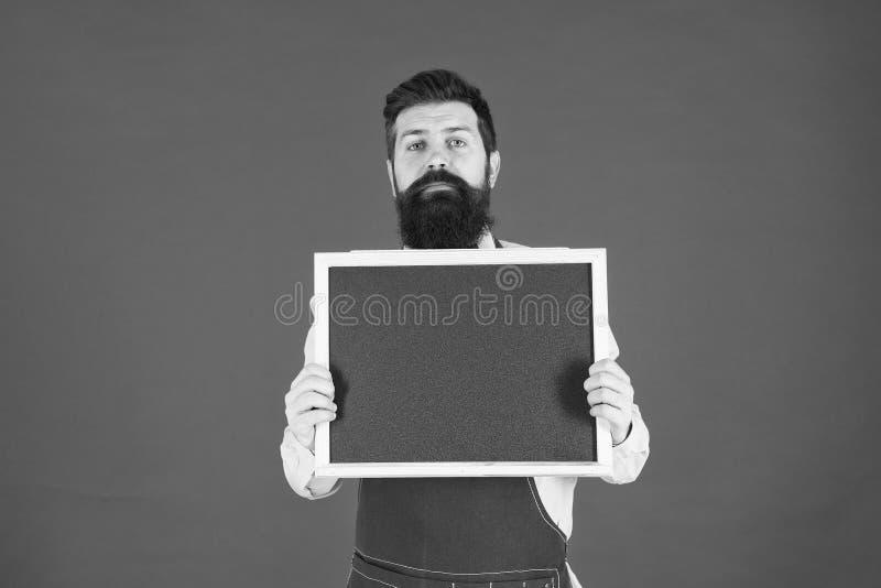Bienvenido Publicidad del restaurante o del caf? cocinero del hombre con la pizarra en blanco, espacio de la copia cocinero barbu foto de archivo