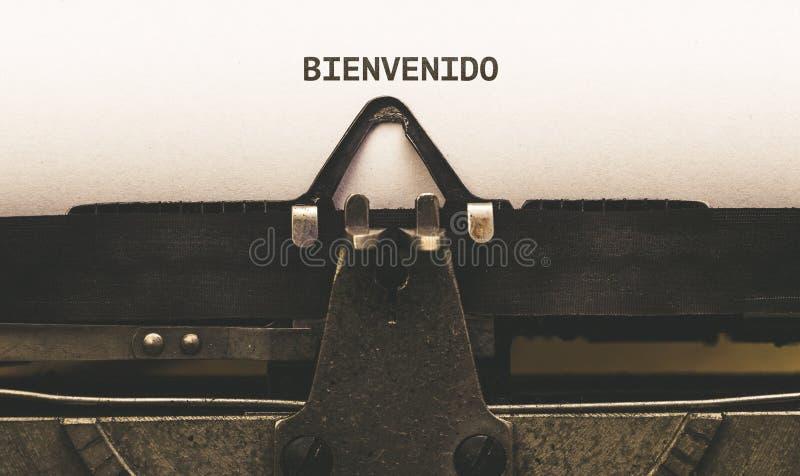 Bienvenido, texto español para la recepción en el tipo escritor del vintage de imagenes de archivo