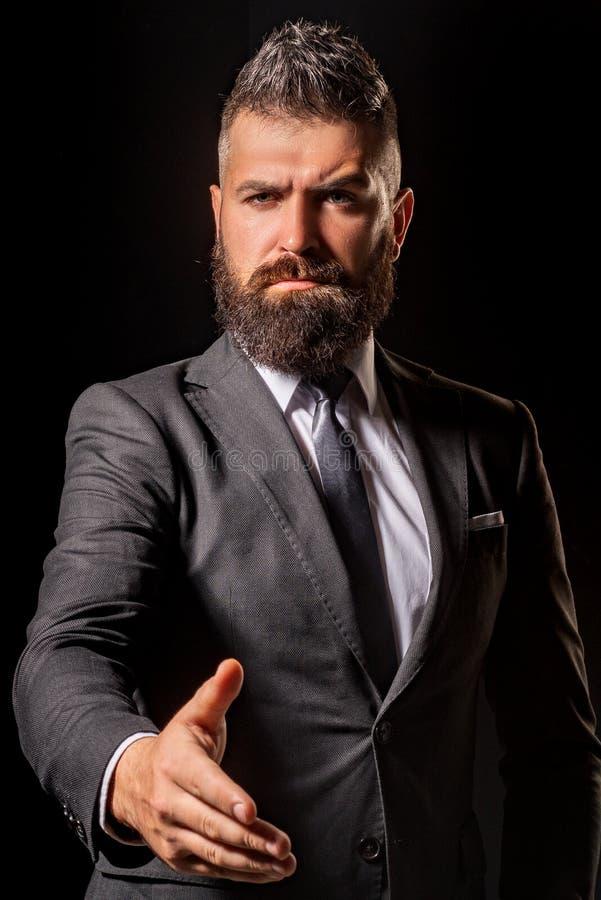 Bienvenue aux affaires Préparez pour fonctionner Homme d'affaires Greeting Homme et affaires de puissance Félicitation sérieuse d photographie stock