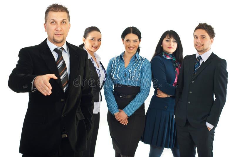 Bienvenue d'homme d'affaires pour joindre son équipe photo stock