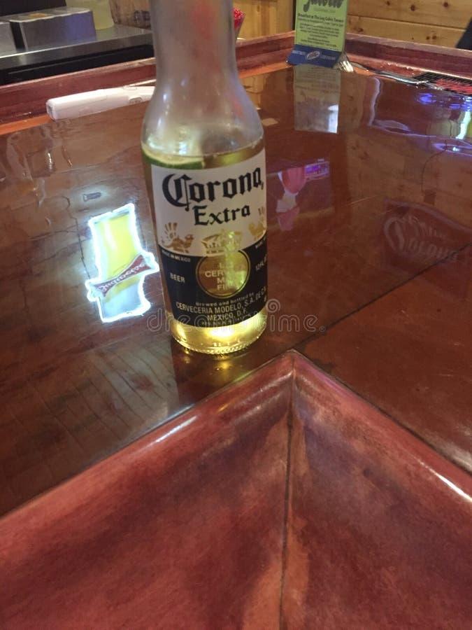 Bier auf einer Bar lizenzfreie stockfotos