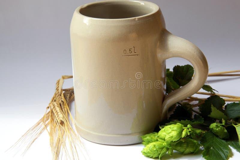 Bier-Becher, Hopfen und Gerste stockfoto