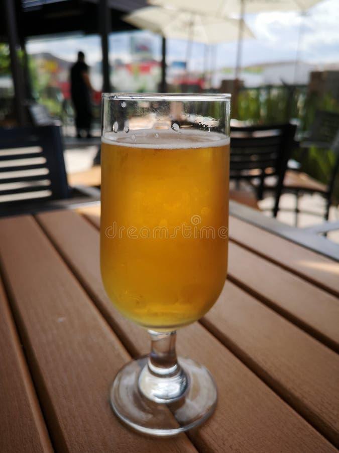 Bier bij restaurant royalty-vrije stock fotografie