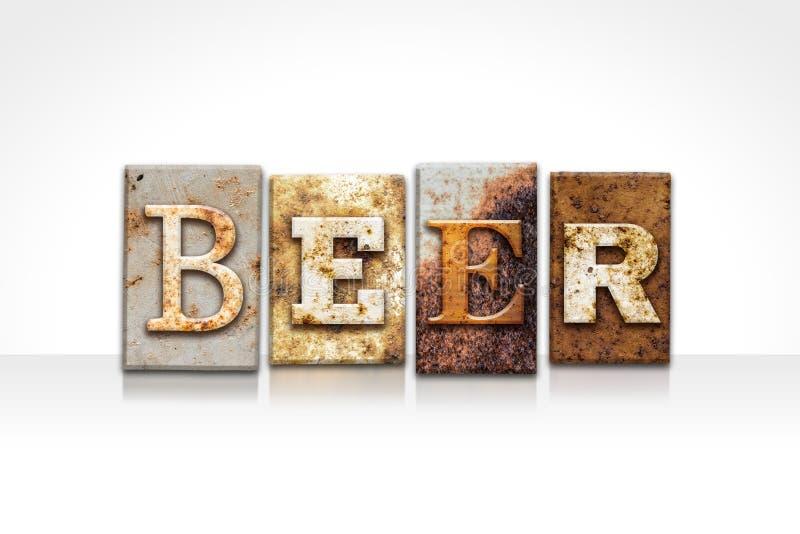 Bier-Briefbeschwerer-Konzept lokalisiert auf Weiß stockfotografie