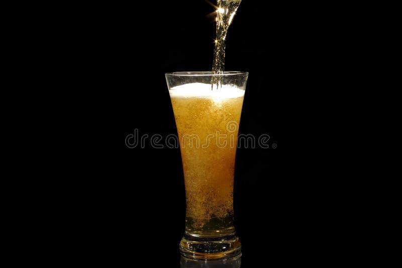 Bier, das in ein Glas gießt stockfotos