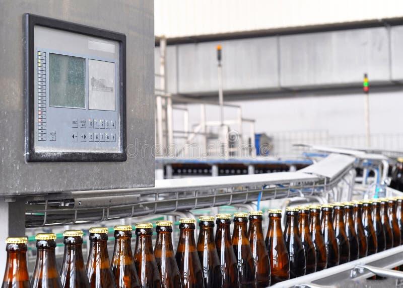 Bier, das eine Brauerei - Förderband mit Glasflaschen ausfüllt stockfoto
