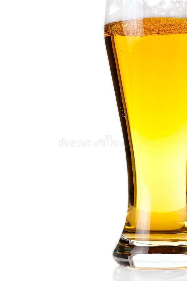 Download Bier In Das Glas Getrennt Auf Weiß Stockfoto - Bild von leuchte, hintergrund: 26354210