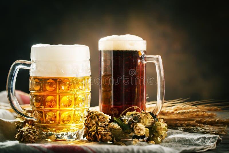 Bier in den Gläsern auf einem dunklen Hintergrund Oktoberfest Bierfestival Selektiver Fokus Hintergrund mit Kopienraum stockfoto