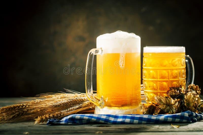 Bier in den Gläsern auf einem dunklen Hintergrund Oktoberfest Bierfestival Selektiver Fokus Hintergrund mit Kopienraum lizenzfreie stockfotos