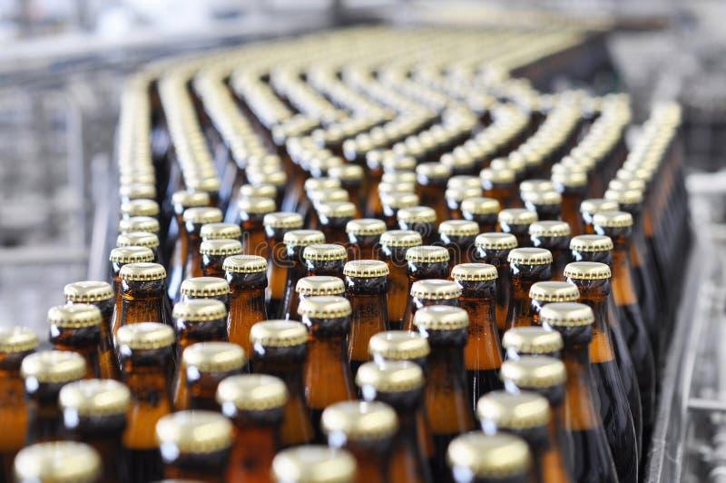 Bier die een brouwerij invullen - transportband met glasflessen royalty-vrije stock foto's