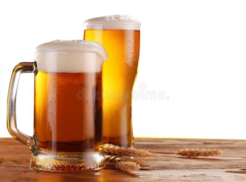 Bier door het glas stock fotografie