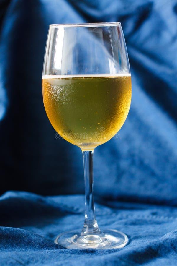 Bier in een drinkbeker royalty-vrije stock fotografie