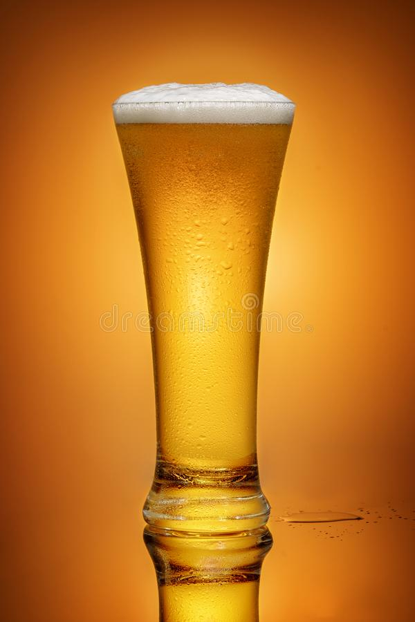 Bier in een glas stock foto's