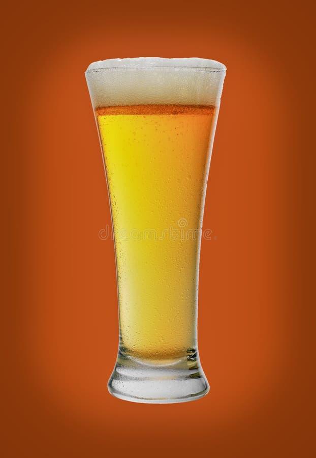 Bier in een glazen goblet, geïsoleerd op witte achtergrond stock fotografie