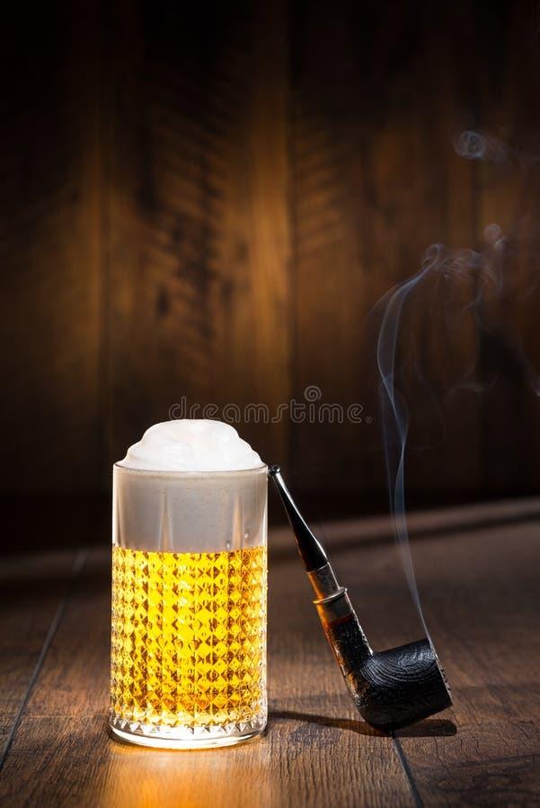 Bier in einem Glas mit Rohr lizenzfreie stockfotografie