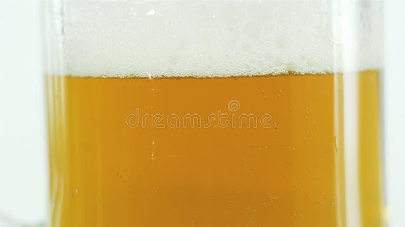 Bier in einem großen Glas, leichtes Bier mit dickem weißem Fröt stockfotos