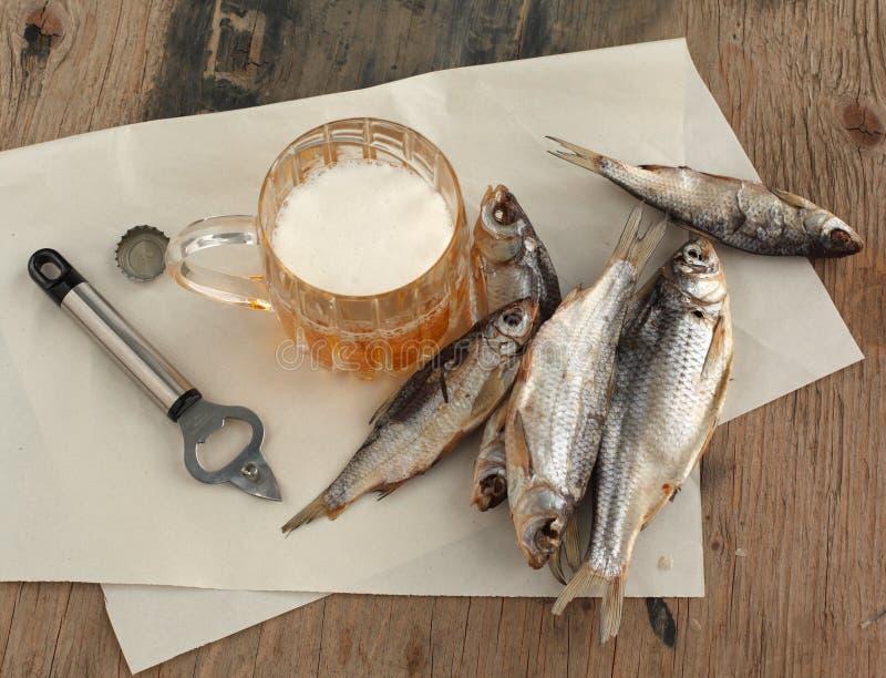 Bier en droge vissen stock fotografie