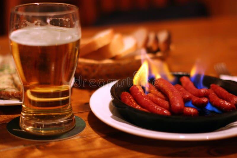 Bier en gebraden worsten stock foto