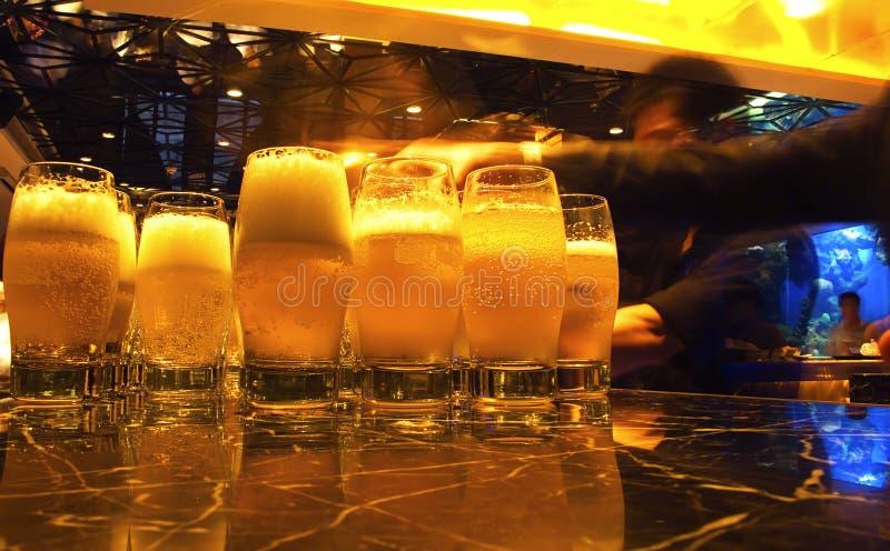 Bier en glazen stock afbeelding