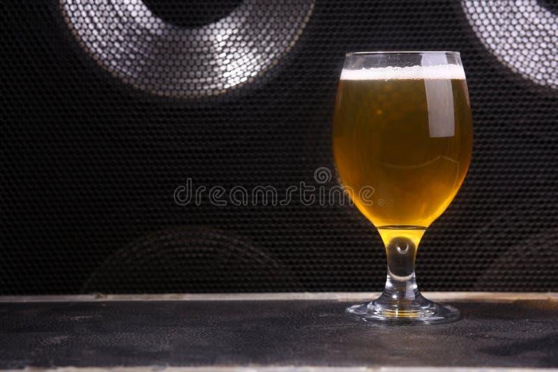 Bier en muziek stock foto's