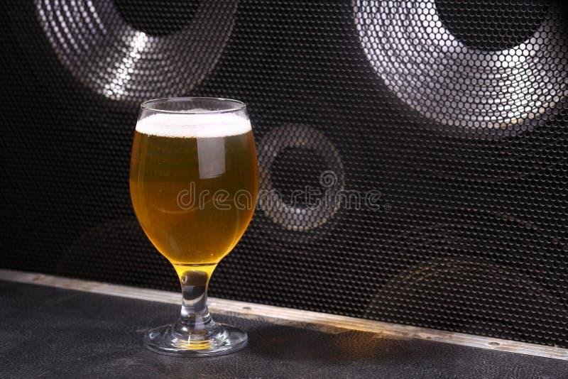 Bier en muziek stock afbeelding