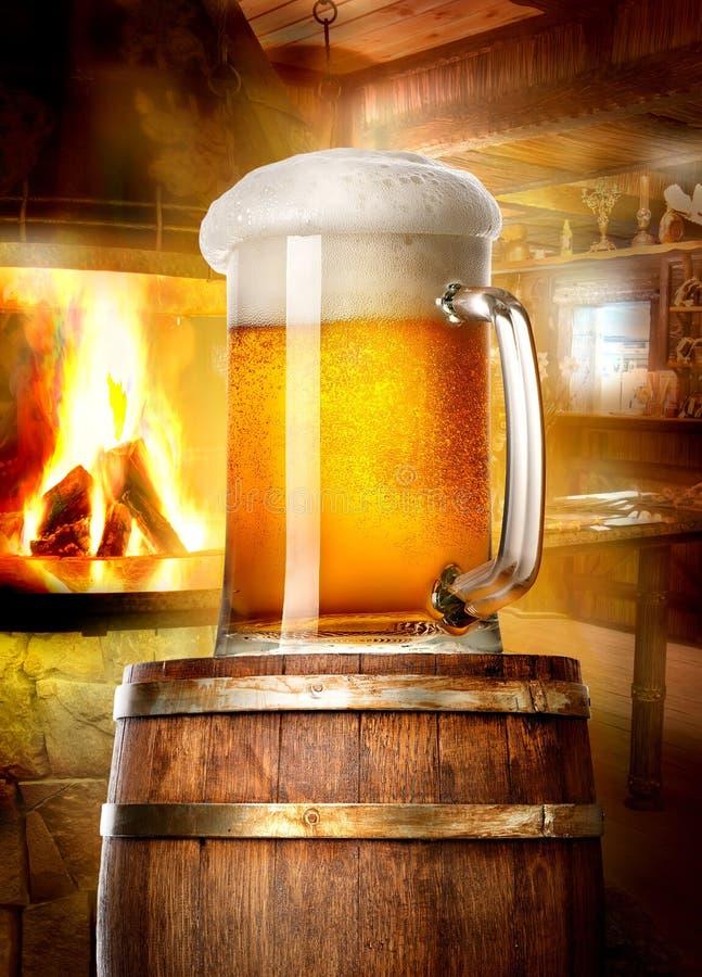 Bier en open haard royalty-vrije stock afbeeldingen