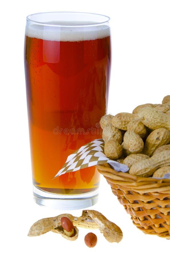 Bier en pinda's stock foto's