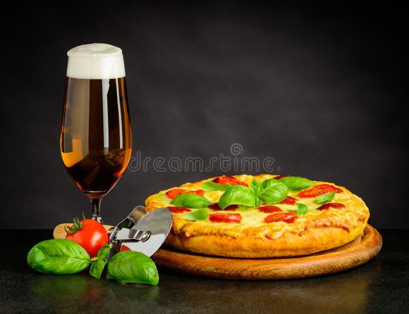 Bier en pizza royalty-vrije stock afbeeldingen