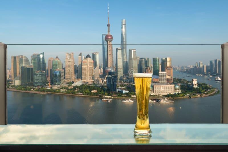 Bier en schuimbier op lijst in dakbar met Shanghai royalty-vrije stock foto