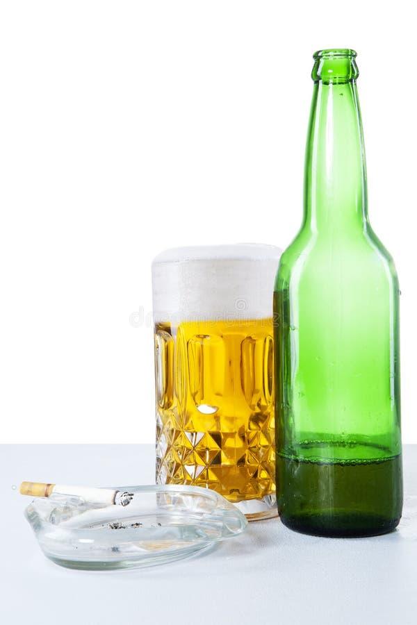 Bier en sigaret royalty-vrije stock afbeelding