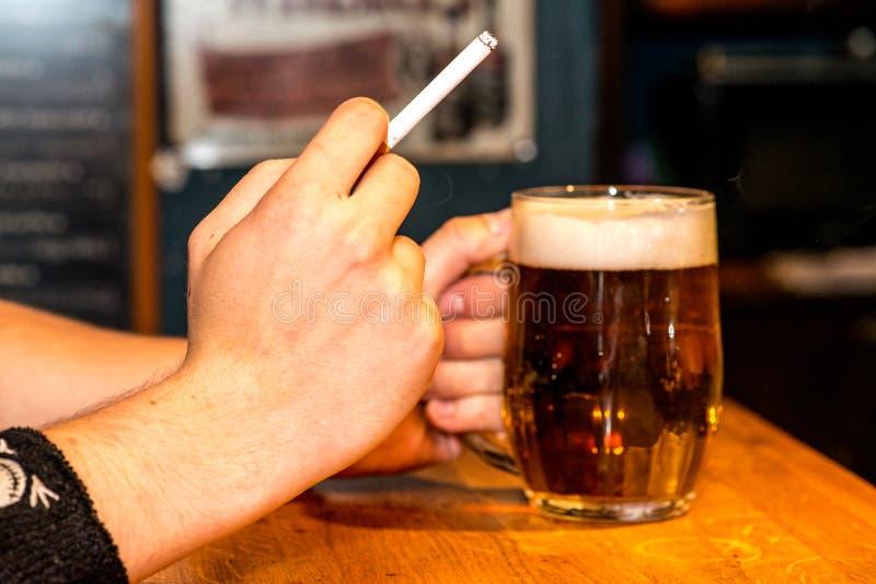 Bier en sigaret royalty-vrije stock foto's
