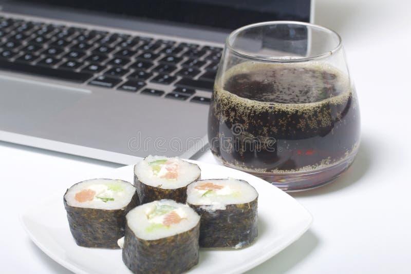 Bier en sushi Tribune dichtbij laptop Rust met voedsel en gadgets royalty-vrije stock foto