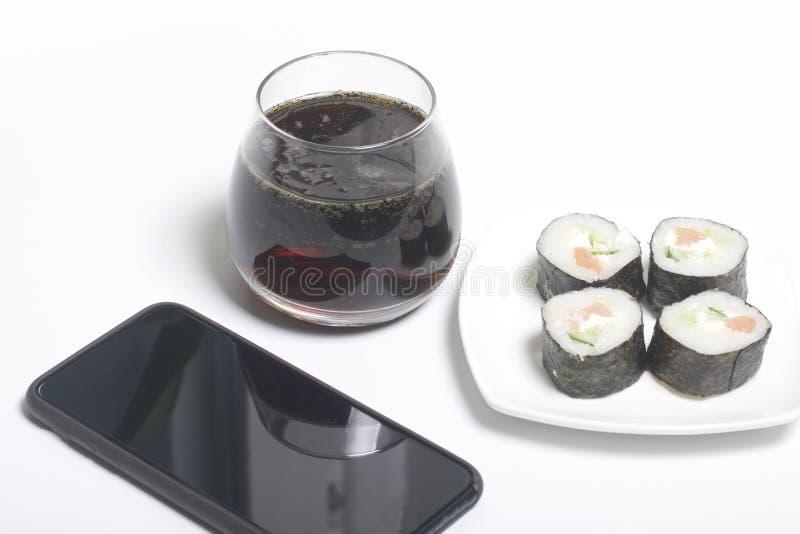 Bier en sushi Tribune dichtbij smartphone Rust met voedsel en gadgets royalty-vrije stock afbeeldingen