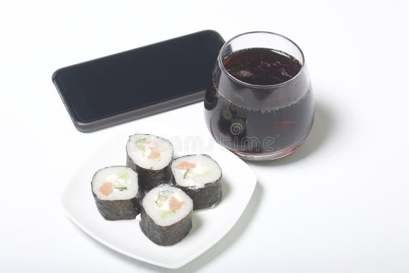 Bier en sushi Tribune dichtbij smartphone Rust met voedsel en gadgets royalty-vrije stock afbeelding