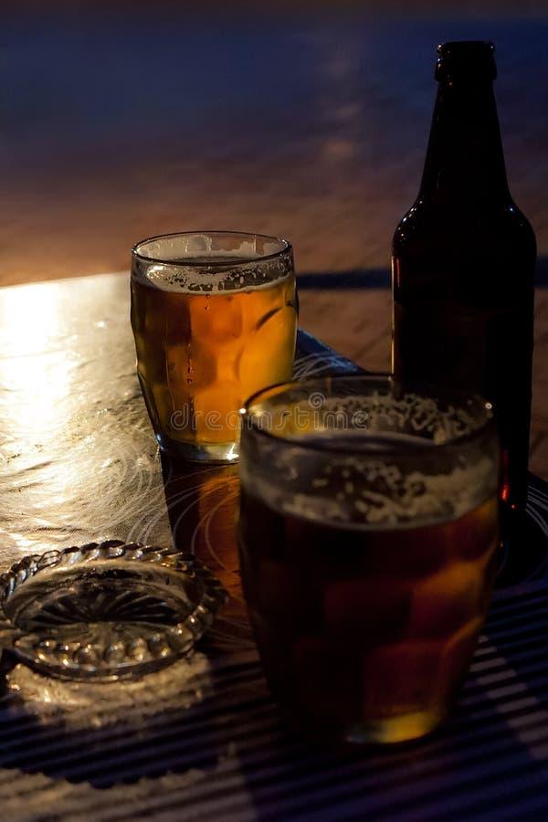 Bier, fles, asbakje, glas royalty-vrije stock afbeeldingen