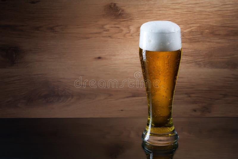 Bier Gass van bier op houten achtergrond met copyspace stock fotografie