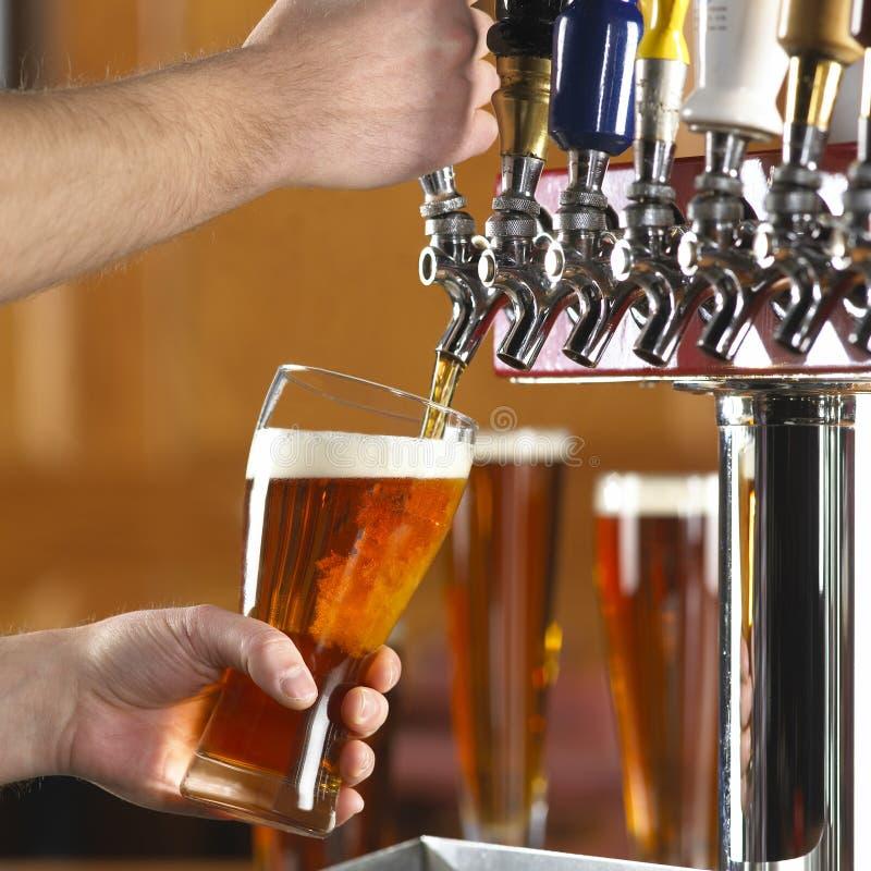 Bier gießen stockbild