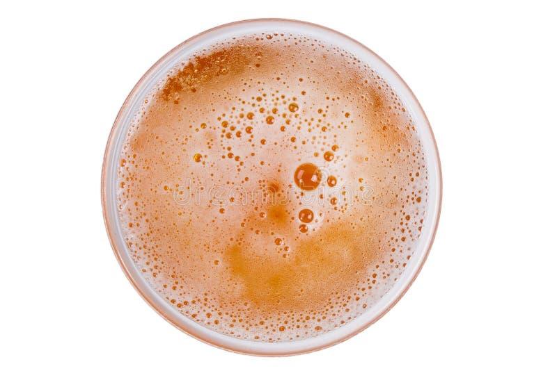 Bier in glas Bierschuim op witte achtergrond wordt geïsoleerd die royalty-vrije stock afbeeldingen