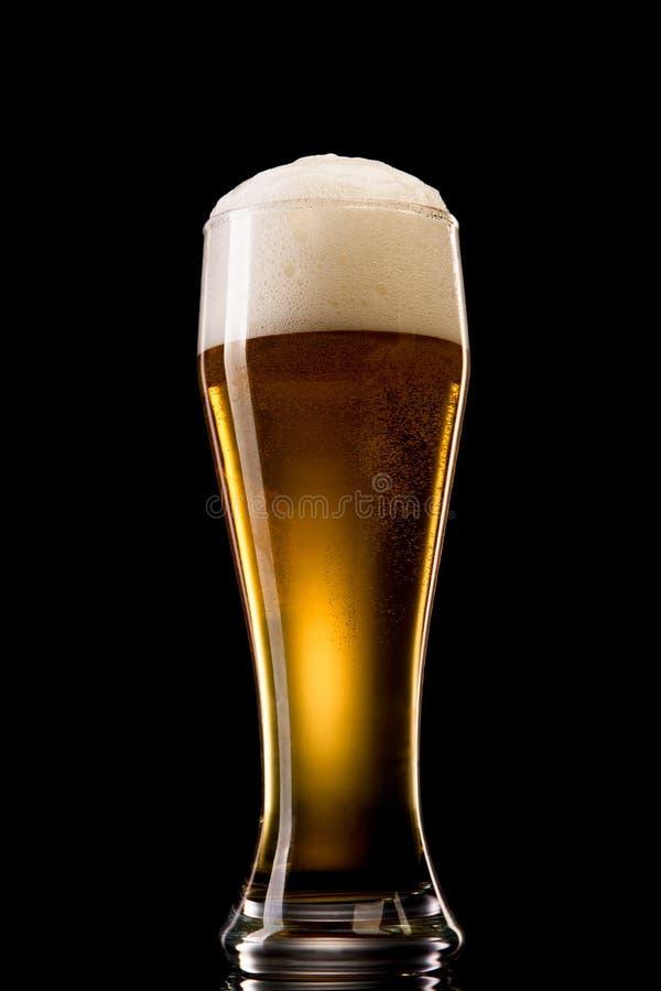 Bier in glas op een zwarte royalty-vrije stock afbeeldingen