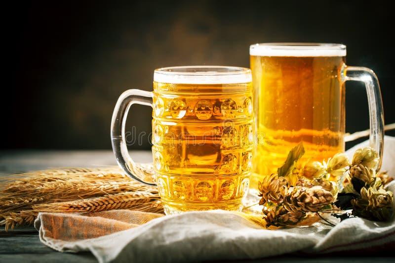 Bier in glazen op een donkere achtergrond Het bierfestival van Oktoberfest De illustratie van de kleur Selectieve nadruk stock foto