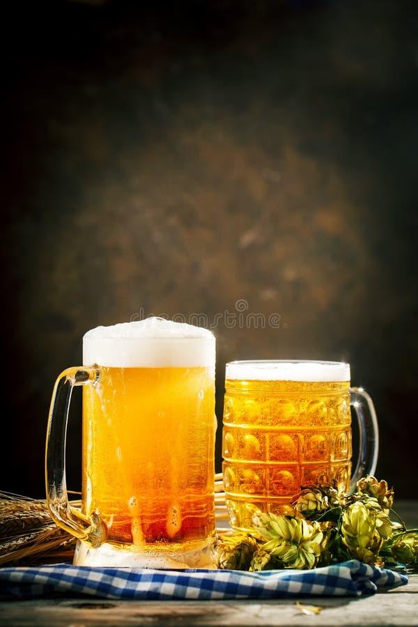 Bier in glazen op een donkere achtergrond Het bierfestival van Oktoberfest De illustratie van de kleur Selectieve nadruk Achtergr stock foto's