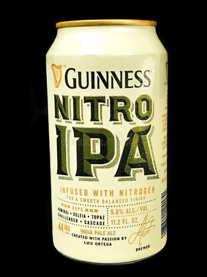 Bier hineingegossen mit Stickstoff lizenzfreie stockbilder
