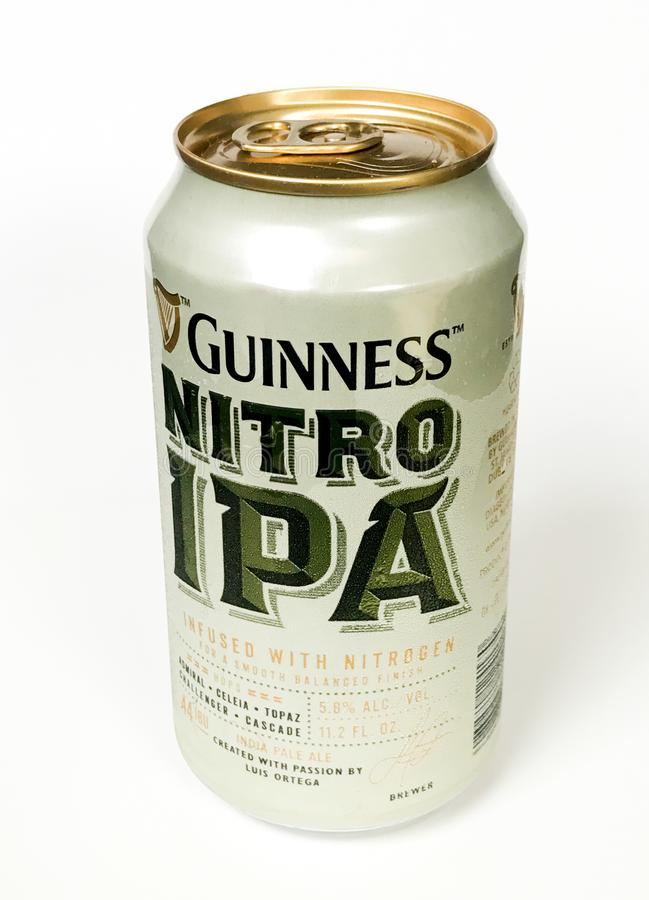 Bier hineingegossen mit Stickstoff lizenzfreie stockfotografie