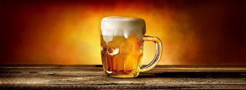 Bier im Becher auf Tabelle stockfoto