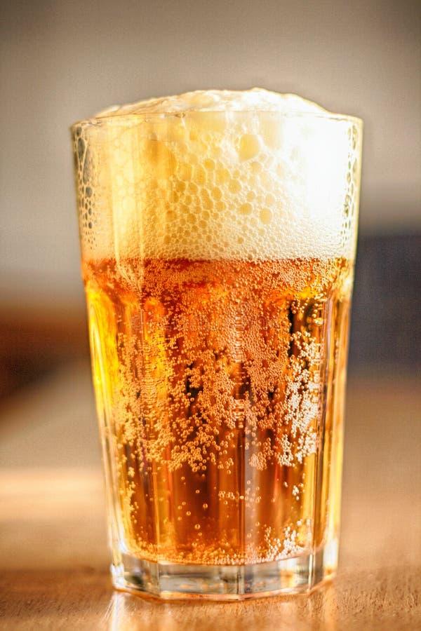 Bier im Glas lizenzfreie stockbilder