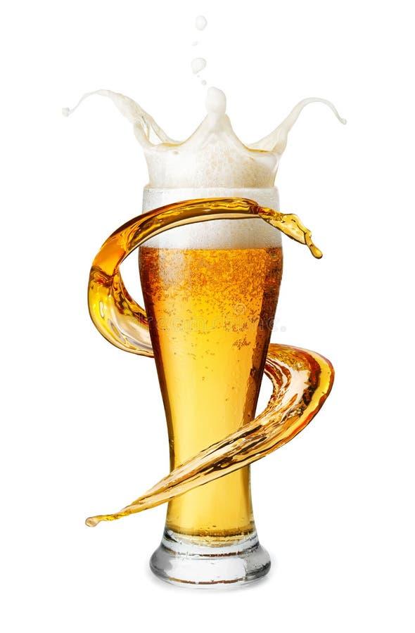 Bier im Glas mit Spritzen lizenzfreie stockfotos