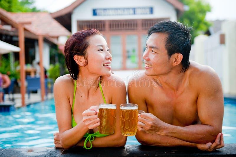 Bier im Pool lizenzfreies stockbild