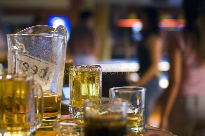 Bier im Poolstab stockfotografie